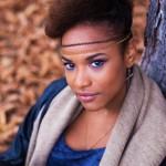Layla a 23 ans et est naturelle depuis 3 ans (après une transition d'un an). Pour elle, il est important de montrer aux femmes noires que le cheveu crépu est beau et qu'il y a pleins de possibilités permettant de le sublimer.